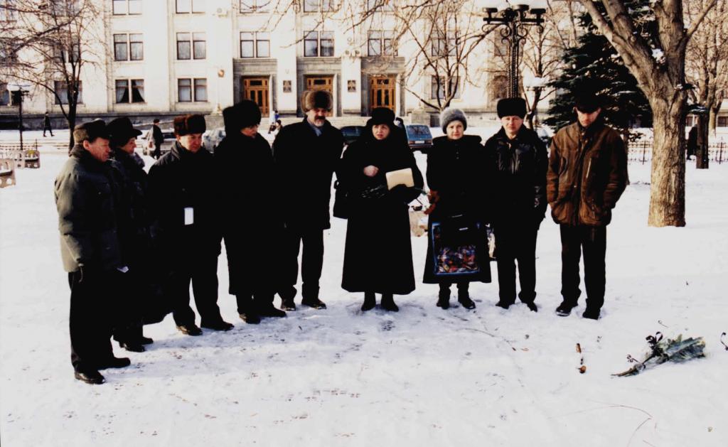 Акция поминовения Александра Михалевича на месте его самосожжения зимой.