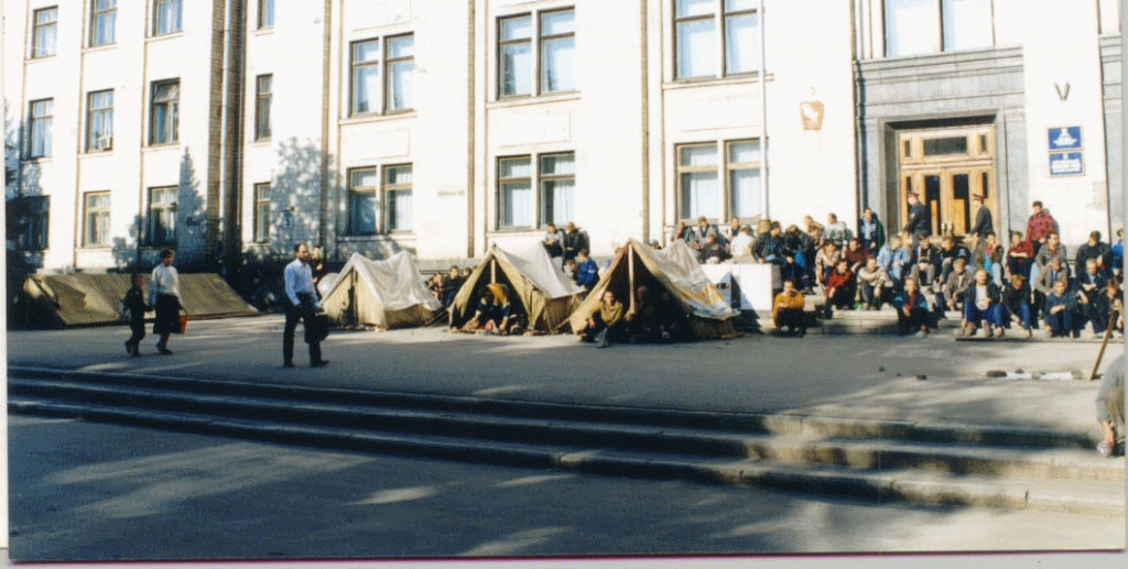 Шахтеры шахты им. Н.П. Баракова перед Луганской областной государственной администрацией. Пикет продлился 1,5 месяца.