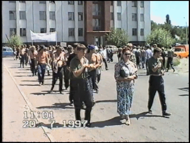 Участники пикетов регулярно проходили с демонстрацией по Луганску для выражения своих требований.